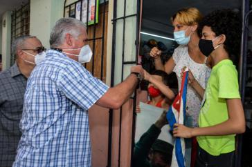Präsident Díaz-Canel beim Rundgang im Stadtteil San Isidro von Havanna