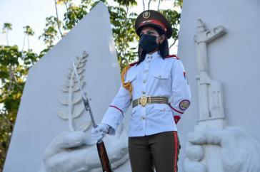 Kubanische Soldatin am Mausoleum für den sowjetischen internationalistischen Soldaten