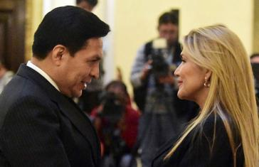 Der Angeklagte Luis Valverde mit Ex-Präsidentin Jeanine Áñez