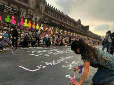 Demonstrantinnen wandelten den Wall vor dem Regierungsgebäude in einen Ort des Gedenkens an die in Mexiko ermordeten Frauen um
