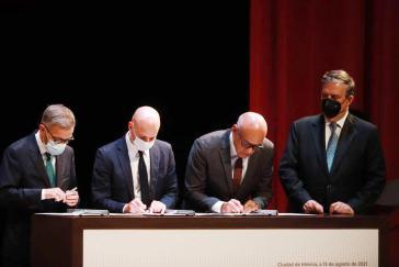 Von links nach rechts: Ricardo Blyde, Dag Nyland (Regierung Norwegen), Jorge Rodríguez und Marcelo Ebrard (Außenminister Mexiko) bei der Unterzeichnung des Memorandums