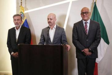 Der norwegische Vermittler Dag Nylander (Mitte), Jorge Rodríguez (links), und Oppositionsvertreter Gerardo Blyde am Sonntag in Mexiko-Stadt