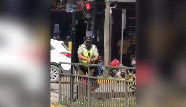 Screenshot aus einem Video, auf dem die Schüsse eines Polizisten auf einen Straßenkünstler zu sehen sind