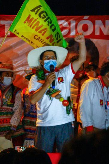 Der linke Außenseiterkandidat Pedro Castillo liegt laut Prognosen im ersten Wahlgang vorne