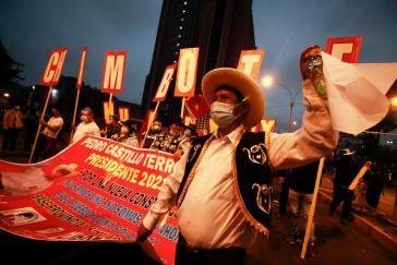 Zehntausende Menschen vor allem aus ländlichen Regionen Perus kamen am Samstag nach Lima, um den Wahlsieg Castillos zu verteidigen