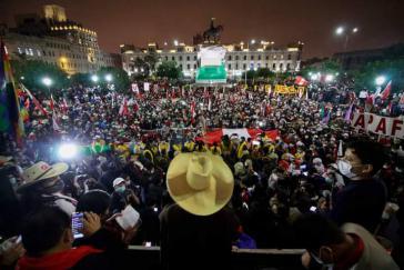 Tausende gingen in Peru über Wochen auf die Straße, um den Wahlsieg Castillos (auf dem Bild vorn mit Hut) zu verteidigen