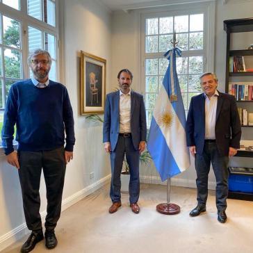 Bereits im Juli hatte sich Präsident Fernández (rechts) mit dem Regionalleiter von Pfizer, Nicolás Vaquer (Mitte) getroffen