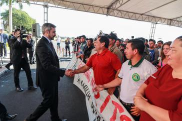 Paraguays Präsident Mario Abdo Benítez bei einem früheren Treffen mit Zuckerrohrbauern