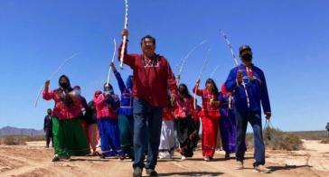 Seris-Indigene bei dem Fußmarsch in Comcáac, Sonora