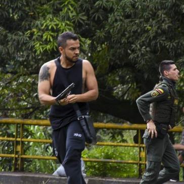 Der Abgeordnete Iván Cepeda veröffentlichte wiederholt Fotos, die zeigen, wie die Polizei bewaffnete Zivilisten gewähren lässt