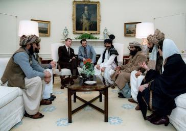 Präsident Reagan mit Vertretern der afghanischen Mudjahedin am 2. Februar 1983 im Weißen Haus