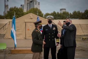 Faller( Bildmitte) und Argentiniens Verteidigungsminister Agustín Rossi bei der Besichtigung von drei Feldlazaretten für Covid-Patienten, ein Geschenk des Pentagon