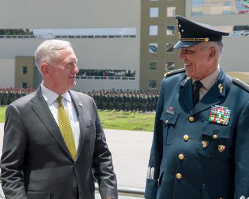 Der damalige US-Verteidigungsminister Jim Mattis mit seinem Amtskollegen Cienfuegos Zepeda bei einer Militärparade im Mexiko-Stadt im September 2017