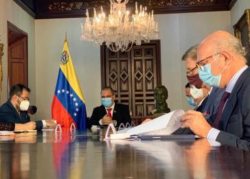 Lektüre der UN-Charta und der Verfassung empfohlen: Arreaza (am Tischende) mit den vier ins Außenministerium zitierten Botschaftern (rechts)