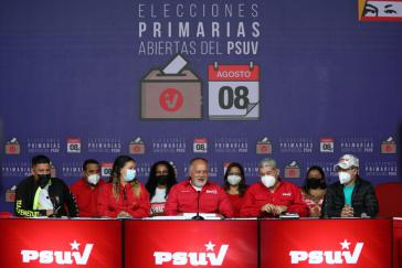 Führende PSUV-Mitglieder (ohne Maske: Vize-Parteichef Diosdado Cabello) bei der Bekanntgabe der ersten Ergebnisse der Vorwahlen am Dienstag