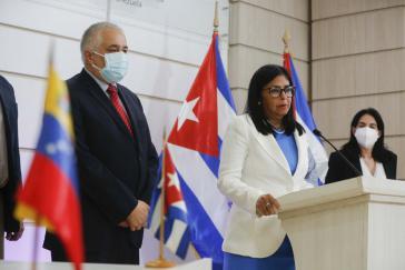Venezuelas Vizepräsidentin und Kubas Botschafter bei dert Übergabe der ersten Abdala-Lieferung