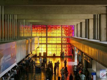 "Schalterhalle des Hauptstadtflughafens von Venezuela, Aeropuerto Internacional de Maiquetía ""Simón Bolívar"""