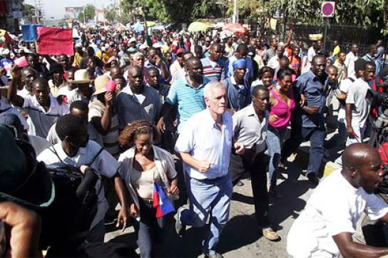 Kandidat und Unternehmer Charles H. Baker protestiert gegen Ergebnis