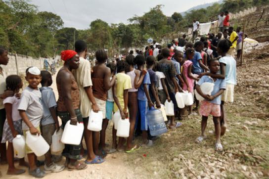 Haiti: Anstehen für sauberes Wasser