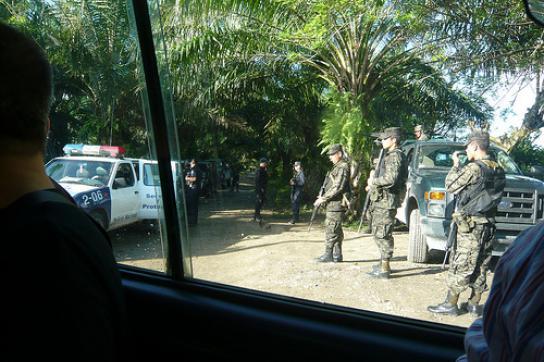 Blick aus dem Autofenster auf schwer bewaffnete Soldaten