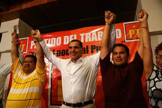 Gabino Cué (m.) bei seiner Kandidatur für das Oppositionsbündnis
