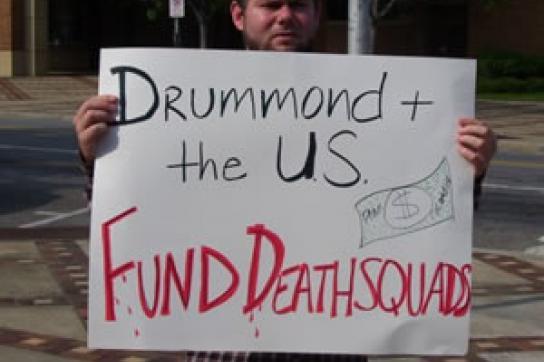 Demonstrant in den USA mit Plakat gegen Drummond
