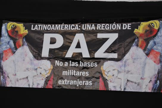 """""""Gegen Militärbasen"""": Transparent auf dem Sozialforum in Asunción"""