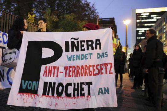 Demonstranten in Berlin weisen auf das Anti-Terror-Gesetz hin