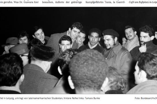 Ernesto Guevara inmitten von Studierenden.