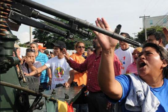 Frauen stehen nach dem Putsch in Honduras Militärs gegenüber
