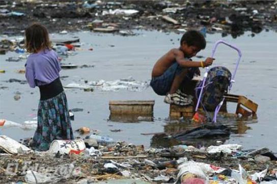 Kinder arbeiten auf einer Müllkippe