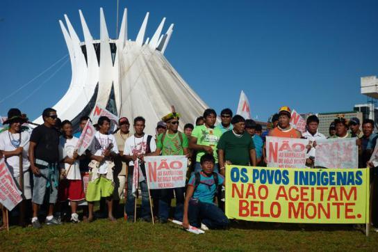 Indigene protestieren vor dem brasilianischen Kongress