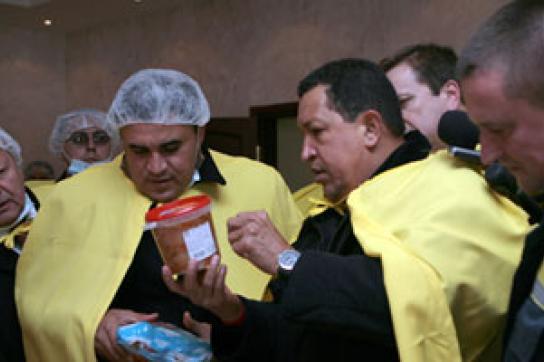 Chávez beim Besuch einer Nahrungsmittelfabrik in Weißrussland