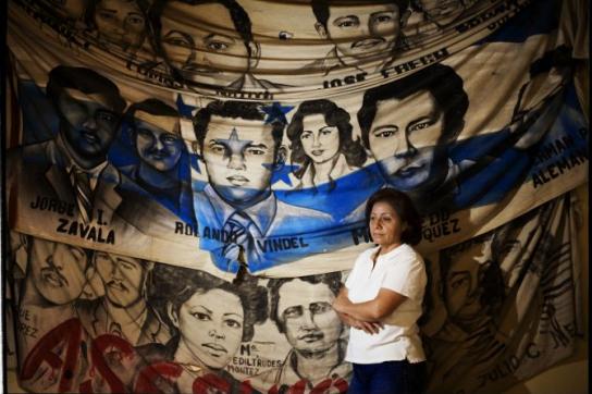 Bertha Oliva vor den Bildern von Opfern politischer Morde