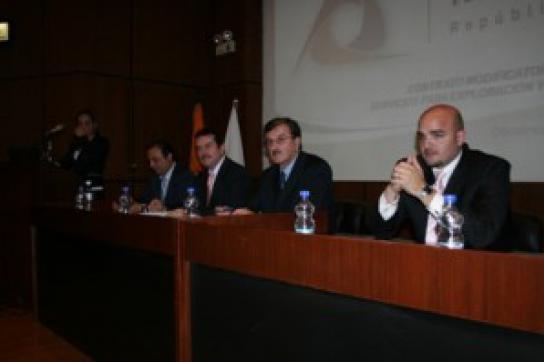 Ressourcenminister Wilson Pástor mit Vertretern der Energiekonzerne