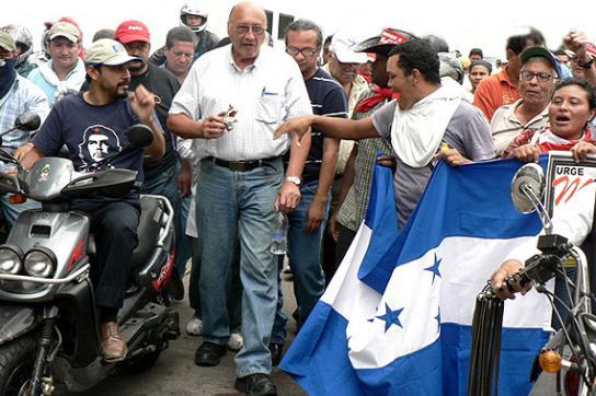 Carlos H. Reyes inmitten von Aktivisten der Demokratiebewegung