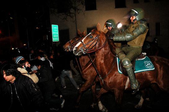 Demonstranten flüchten vor berittenenCarabineros