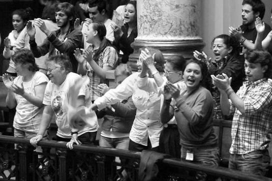 Jubelszenen auf den Zuschauerbänken nach Verabschiedung des Gesetzes