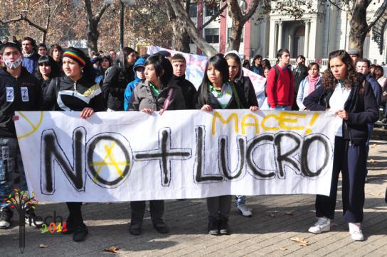 Protestierende Schüler und Studierende mit einem Transparent