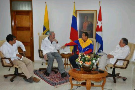 Correa (ganz links) bei dem Gespräch mit Chávez (mitte) und den Brüdern Fidel (l