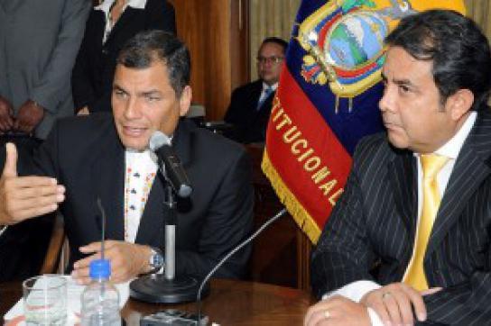 Rafael Correa mit dem Verfassungsgerichtspräsidenten Patricio Pazmiño