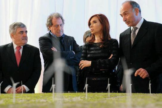 Fernández mit Gouverneur und Wirtschaftsvertretern bei der Einweihung in Rawson