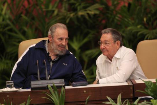Fidel Castro und Raúl Castro am Ende des sechsten Parteitags der PCC