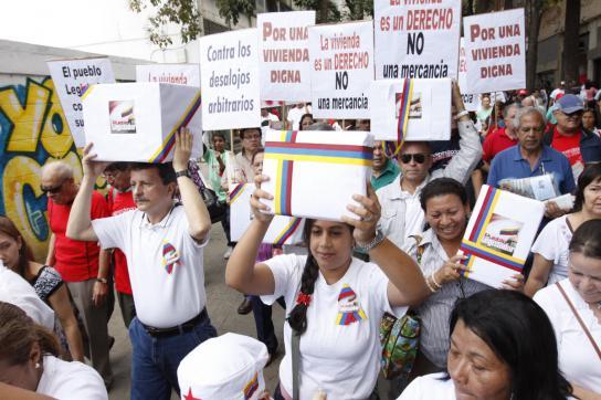 Aktivisten bei der Übergabe von Unterschriften für ein neues Mietrecht