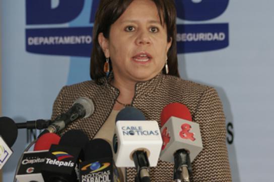 Maria del Pilar Hurtado vor Mikrofonen