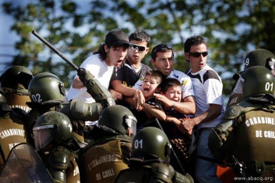 Chilenische Polizisten prügeln auf Protestierer ein