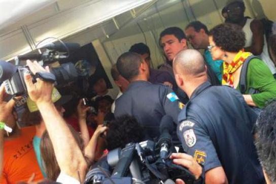 Militärpolizei im Zelt des Gipfel-Radios