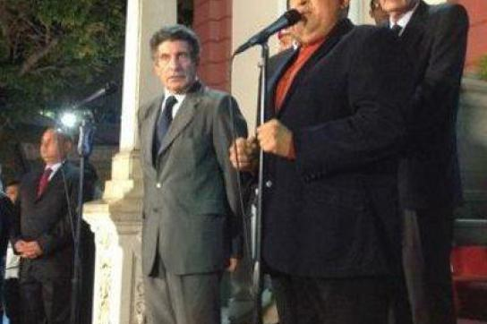 Carlos Álvarez, Chef der Unasur-Delegation, mit Präsident Hugo Chávez