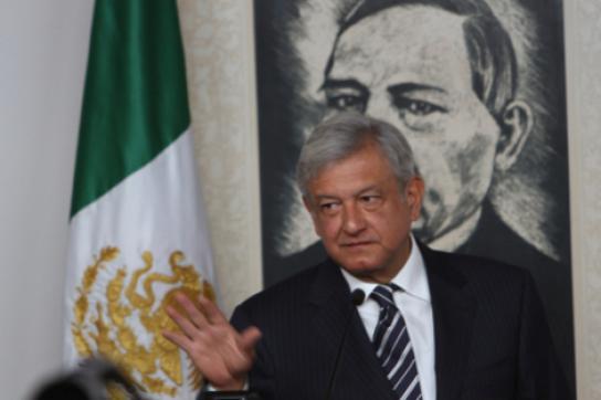 López Obrador vor dem Portrait von Benito Juárez