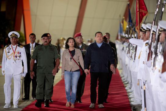 Hugo Chávez auf dem Weg zum Flugzeug